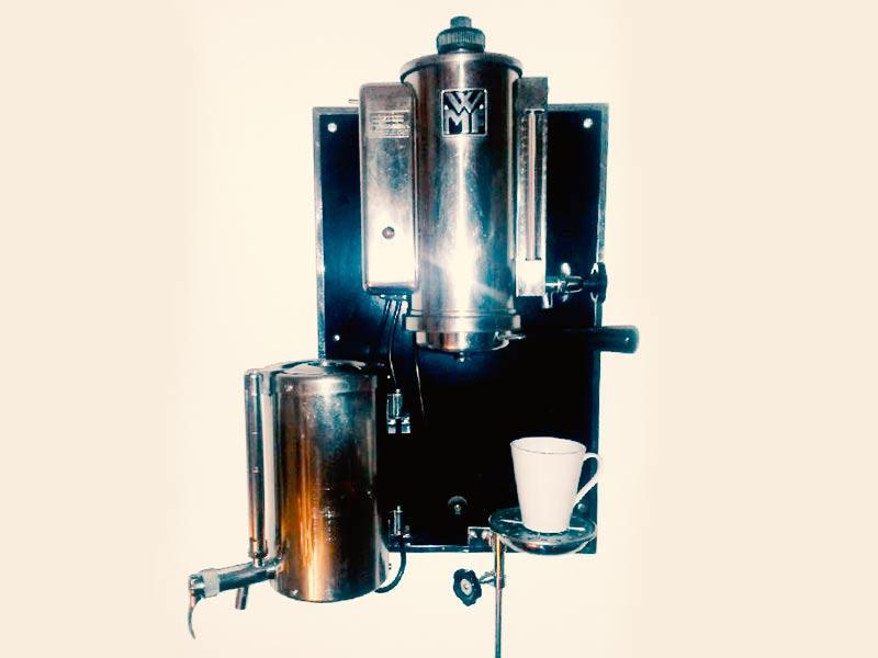 Besitzer einer alten WMF-Kaffeemaschine: Dr. med. Reis favorisiert Antiquitäten, Kunst & Latte Macchiato